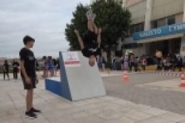 """Κορυφαίοι αθλητές του παρκούρ έκλεψαν τις εντυπώσεις στο """"Ηλιούπολη Street Art Festival"""""""